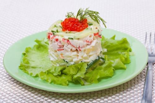 Салат с кальмарами и крабовыми и икрой